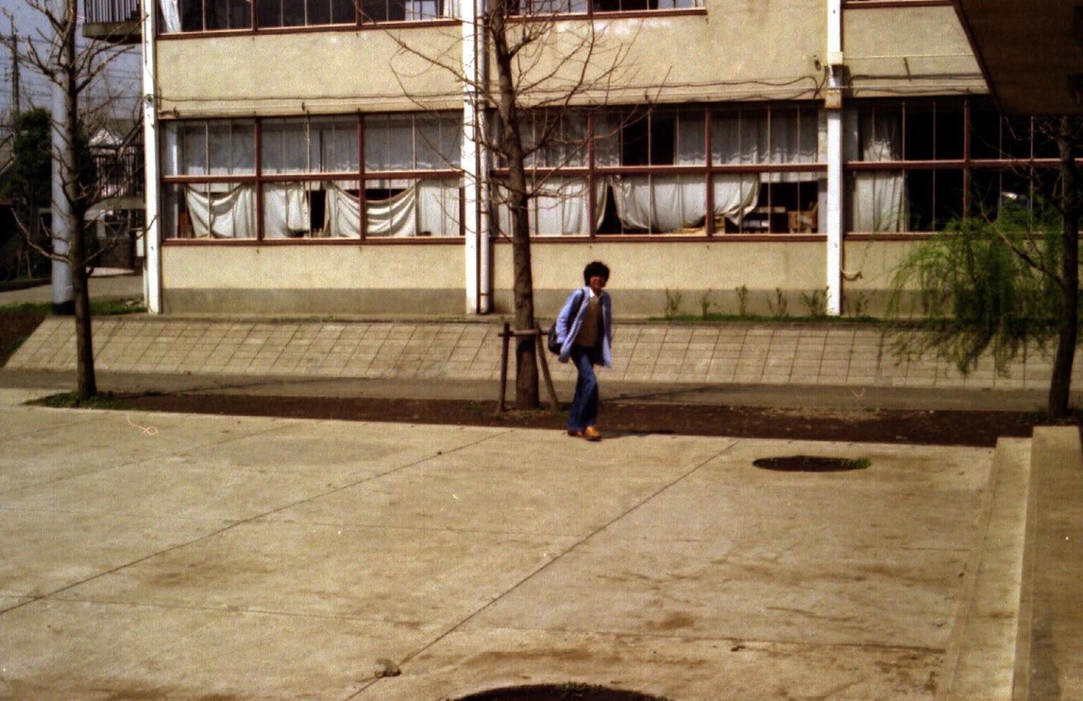 A棟(物理室前)を歩く人(1977年頃)撮影:30期櫻井さん